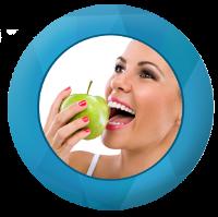 Femme croquant dans une pomme